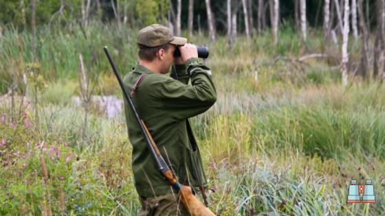 cazador en bosque con prismaticos para caza