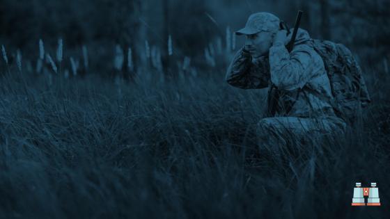 militar con prismáticos nocturnos