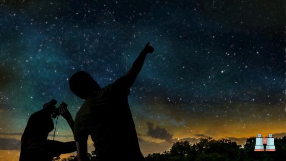 personas observando estrellas con prismaticos astronomicos
