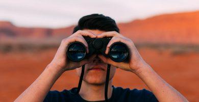 chico sujetando prismaticos