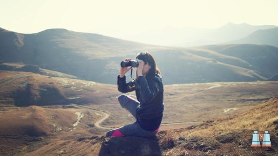 montañero viendo naturaleza con prismaticos